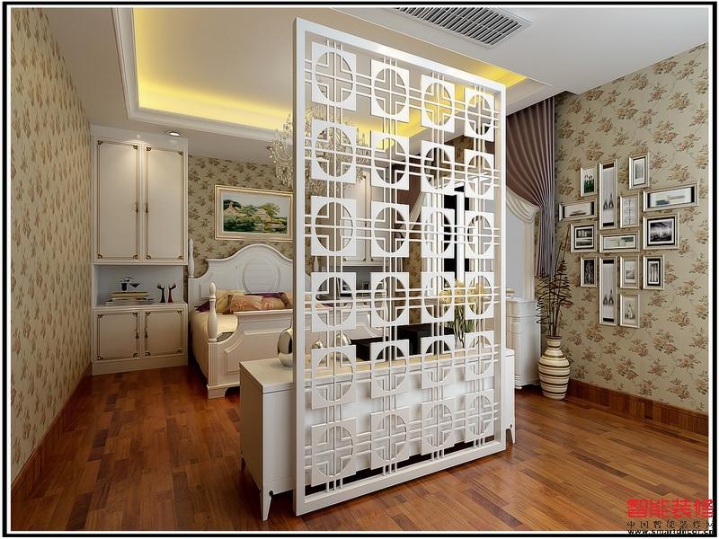 基本保持了原户型的内不规则型结构,局部作调整了客餐厅分区.色彩上整体色调以白色调为主,咖啡色墙漆做为辅体,在加上灰镜的参差,使空间看起来更明亮,大气,更加层次丰富。搭配简单的欧式深色家私,窗帘配以和沙发相近的花色做为呼应,让整个空间清新典雅,舒适温馨。